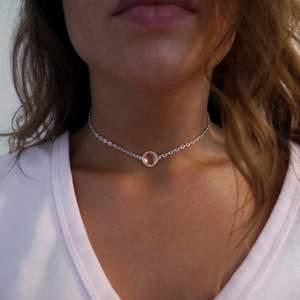 Egengjort chokerhalsband med en korallfärgad moonstone. Ställbar storlek, frakt inräknat i priset.