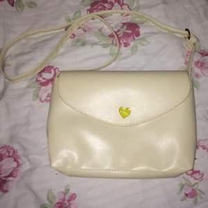 Jag säljer en beige väska ifrån Mink, väskan är köpt på nätet. Den köptes nyligen för 119kr.