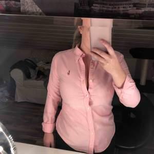Fin skjorta från ralph lauren. Väldigt lite använd! Säljes pga för liten vid bysten