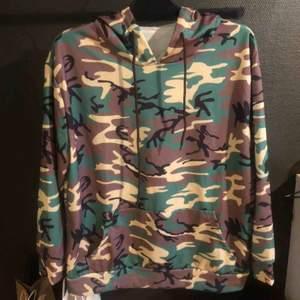 Camouflage hoodie från wish. Endast använd 1-2 gånger. Storlek XL men är som en M. Frakt tillkommer.