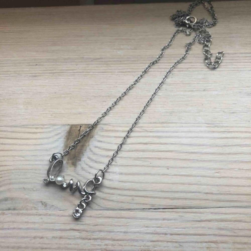 "Silvrigt halsband med texten ""Love"" ✨. Accessoarer."