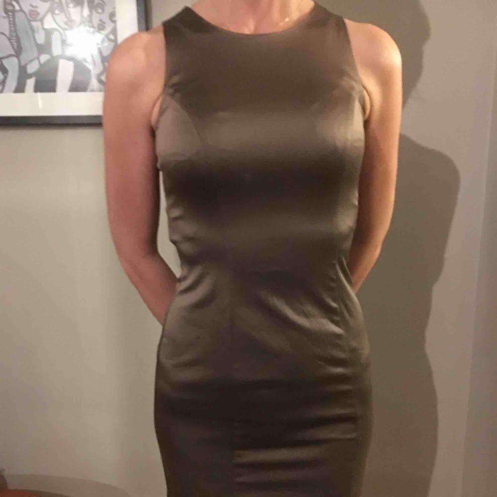 Brunbeige tight kort klänning i siden stil. Klänningar.