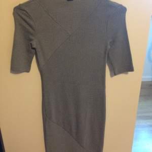 Ljusgrå ribbstickad tight fodralklänning med lite båthals från h&m trend. Storlek 34 och slutar strax nedanför knäna på mig (1,62 lång) lite längre t-shirt ärm och endast använd 1 gång. Mycket fint skick!