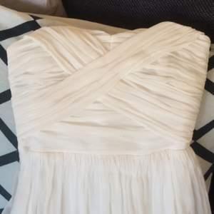 Bröllops/balklänning  Passar XS/ liten S.  Otroligt fin och enkel klänning, passar till bröllop/bal. Flera lager, inget släp, nyskick, kemtvättad.   Kan skickas mot avgift.