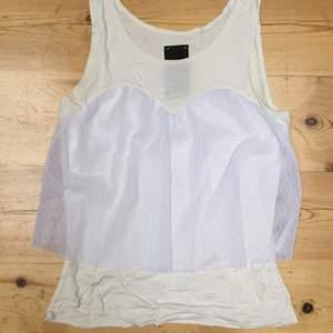 Gulligt vitt linne med tyllfall.