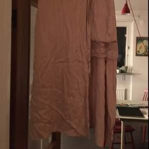 Omlottkjol från Zara Trafaluc. Mindre kjol med spetskant under omlotten. Puderrosa, inköpt i våras.