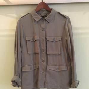 Skjorta från Åhléns som även kan användas som en tunnare jacka.