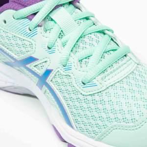 Ett par jättefina Asics skor! GT-1000   Superbra pris då dom är inköpta för typ 700kr elr mer  minns nt exakt! Dom är i superbra skick👍🏻👍🏻 bara att höra av sig om fler bilder elr frågor😊❤️