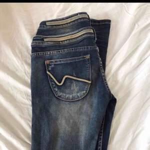 Tyvärr så får jag sälja dessa nya jeans pågrund av att dom är för små. Inköpta för cirka 700kr  STORLEK 29  Fraktar men du står för frakten