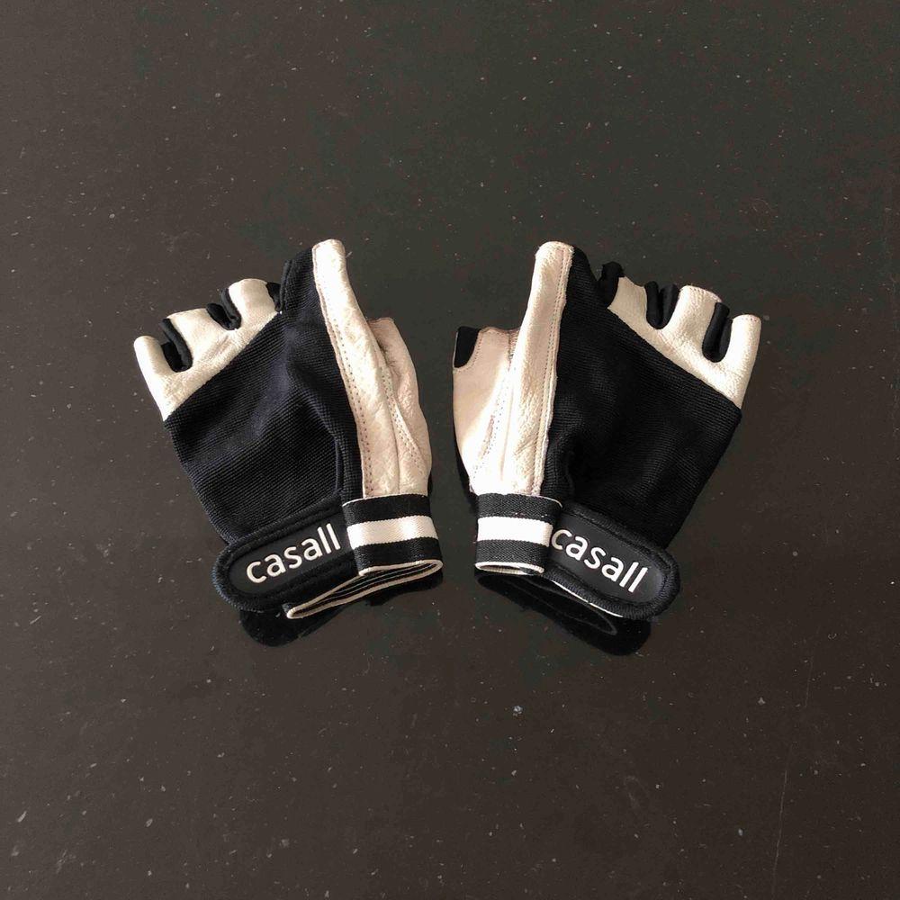Äkta skinn tränings handskar ifrån Casall 🏋🏻♀️. Huvtröjor & Träningströjor.