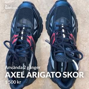 Säljer mina Axel arigato storlek 44! De är använda två gånger, box och påse till skorna finns! Köparen står för frakt då det inte ingår i priset. Pris kan dock diskuteras MEN köparen står fortfarande för frakten då