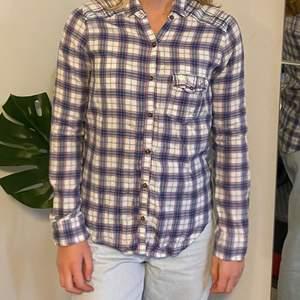 En så fin rutig skjorta i härliga färger från Abercrombie storlek XL för barn. Är i väldigt fint skick💜🤍 fraktkostnad tillkommer📦