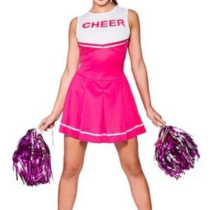 Säljer denna så snygga cheerleader klänning i rosa från partykungen 💖 sitter rätt så tight beroende på vem som har den, former visas 🦋 Perfekt till utklädnad eller halloween fest, det tillkommer pompoms och två svarta knähöga strumpor!! 🥰 säljer för 159 + 50kr frakt ( nypris 199kr + 49kr frakt från partykungen )