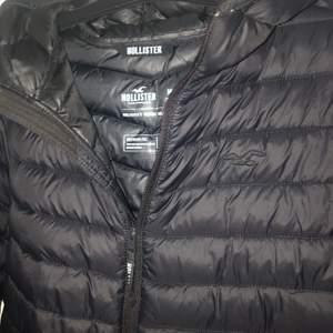 Min lillebror säljer hans höstjacka från Hollister. Storlek M, köptes för 990 kr förra hösten. Mycket sparsamt använd 🖤 frakt tillkommer