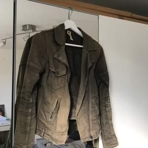 En brun grön höstjacka från Gina tricot, gjord av bomull. Perfekt just nu! Storlek 34