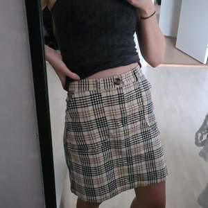 Fin högmidjad A-linje kjol från monki som inte riktigt passar mig. Det är XS men passar mer som S. Tror den skulle vara riktigt snygg på någon som har mer kurvor än mig 💛 Bonus: riktigt stora fickor 😍                                   Bara testad o lappen sitter kvar                                                                 Frakt tillkommer!