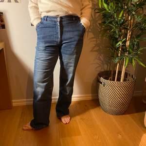 Supercoola vintage jeans. Dom är väldigt high wasted och pösiga nertill. Köpare står för frakt💕