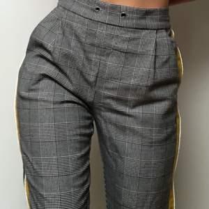 """Ett bar sköna och snygga """"kostymbyxor"""" med rutigt mönster. På sidan av benen går det en rand i grönt och grönt tyg vilket får byxan att se supertrendig ut! Älskar dessa. Tyvärr är de lite förstora för mig och kommer därför inte till användning. Nypris 300kr"""