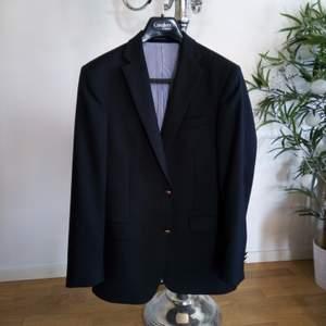 Så snygg 😍 kavaj/blazer från Oscar Jacobson, väldigt bra passform, använd vid ett tillfälle sen har gubben min växt ur den 😅 så nu hänger den bara i klädförrådet och väntar på en ny ägare 😉. Den är helt svart och fodret är vitt och blått kritit med bruna detaljer vid innerfickorna. Den är perfekt att glänsa med i sin stilrenhet, bara ett par jeans och en snygg piké till så är det klart 👌 Passar överallt, olika tillställningar, fest och bröllop 💯  Den är köpt på CareOfCarl för 3499kr och den är som ny 🌟 så passa på, säljer den endast för 500kr 😃 storlek 48/M Finns i Västerås 🌸