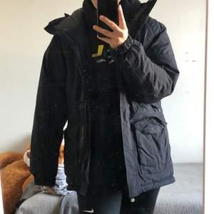 Säljer min The north face jacka som jag fick för inte så läge sedan. Säljer pga att den är stor på mig och har inte användning av den längre. Frakt betalat man själv, men kan oxå mötas upp i Stockholm.