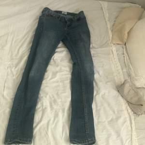Ett par ljusblå jeans från lager 157 i storlek xxs. Super skick, köparen står för frakt och betalning sker via swish. Nypris ca 150kr mitt pris 50kr