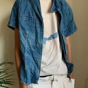 Snygg jeans skjorta med dragkedja. Säljer då den inte kommit till användning. Storlek 46 men skulle säga det är L. Frakt tillkommer men kan även mötas upp i Stockholm.☺️💗