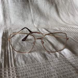 Ett par oanvända glasögon med glas utan styrka.