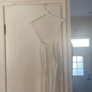Lång vit klänning, använd en gång. Mycket bra skick. Krämig färg. Köptes för c.500. Kan användas som skolavslutning, vardag, finklädd.