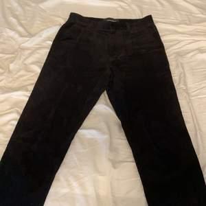 Ett par svarta corduroy byxor i bra skick. Använda men inga skador. 450 för en snabb affär men går självklart att förhandla. Köparen står för frakten.
