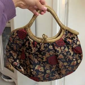 Rymlig och söt silkesväska i vackert mönster. Den är i superbra skicka. Frakt betalas av köpare och ligger på 40kr elr så möts jag upp i centrala stockholm💘
