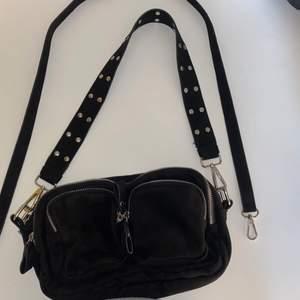 Jättefin Gina tricot väska i svart mocka. Använd ganska mycket men i väldigt fint skick. Vill du ha fler bilder eller mer info skicka gärna✨ köpare står för frakt om inte mötas upp✨