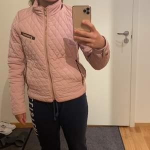 I storlek 36, märket Saki Sweden. Frakt till kommer.  Priset kan diskuteras
