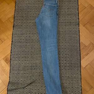 Normalmidjade jeans från Levis i gott skick, storlek 24 (xs)