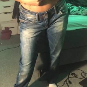 Såå fina jeans med stenar på, alla stenar är kvar och då håller i tvätten. Sitter lite för stort på mig som är S, men sjukt snygga ändå. Säljer dessa för de kom aldrig till användning.💞💞 sänkt pris eftersom vill bli av med de asap🤍🤍(kunden står för frakten)
