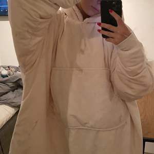 En stor fluffig och mysig hoodie som passar perfekt till hemma kvällar. Den är knappt använd och i bra skick