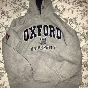 Grå oxford hoodie, köpt i någon london butik. Använd några gånger men fortfarande fint skick. Storlek M men passar mig som har xs-s