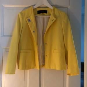Jacka i gul från Zara i storlek S. Använd 2-3 gånger. Frakt ingår.