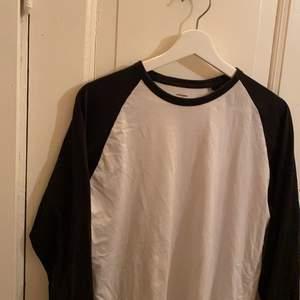 Svart och vit tröja i storlek S men passar även mig i L som ni ser på sista bilden!