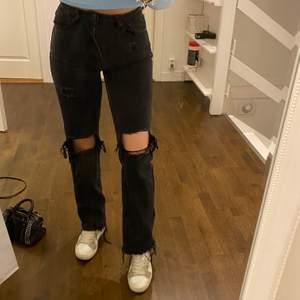 Säljer mina favorit jeans i st XS då dom tyvärr blivit försmå i midjan jag har st S och dom e tajta på mig. Jag är 1.63