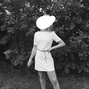 As snygg vit klänning från nelly. Sitter jättefint på. Den är använd fåtal gånger. Frakt tillkommer