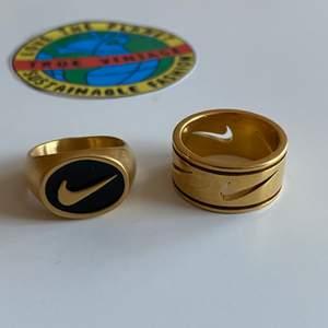 - ringar köpta från Truevintage.com - Aldrig använda, då dem var för små för mig✨  - Den svarta: Strl 6, 16,5mm i diameter och 51,8mm omkrets - Den helguldigq: Strl 7, 17,3mm i diameter och 54,4mm omkrets  - originalpris 260kr st🌸 - en ring för 200kr - 350 för båda, FRAKT INGÅR I PRISET - 🌿FINNS PÅ ANDRA SIDOR OCKSÅ🌿 (inte officiella nike)