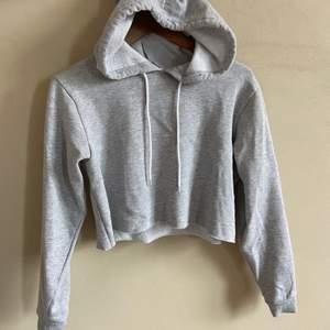 """Midje-lång hoodie från Bikbok, extra mysigt tyg inuti. Med huva & med """"rå"""" kant (den ser ut att vara som avklippt i nederkanten). Säljer då den aldrig används. I storlek S och nytt skick."""