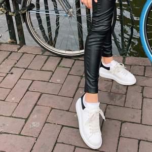 Säljer mina supersnygga och bekväma Alexander mcqueen skor! Använder dom inte så mycket längre tyvär. Jättebra skick och använda få gånger. Köpte dom för ca 4500 kr. Äkta såklart. Köp direkt för 2500 kr eller buda från 1500. HÖGSTA BUD 4000
