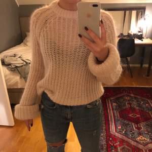 Jag säljer min fina ljusrosa stickade tröja från HM premium quality. den är lite genomskinligt vilket är väldigt fint. Knappt använd, inga defekter, som helt ny. Nypris 900kr ☺️