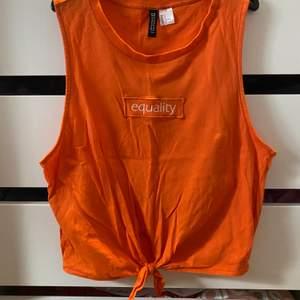 Coolt oranget linne från h&m aldrig använt. Pris + 45kr frakt, hör av er vid frågor! 🦋