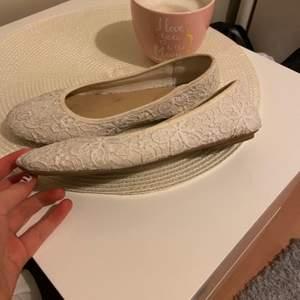 Ett par vita ballerina skor i storlek 36, i ett bra skick. Säljs för att de är för små för mig. Använda ett fåtal gånger.Skriv i kommentarerna eller privat om ni är intresserade. Om fler vill ha de så blir det att buda.( de rengörs innan jag skickar)