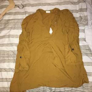 Blus/tröja från Weekday. Använd fåtal gånger. Öppen bak och ärmarna är inte långa hela vägen. Superfin trots skrynklig på bild. :)