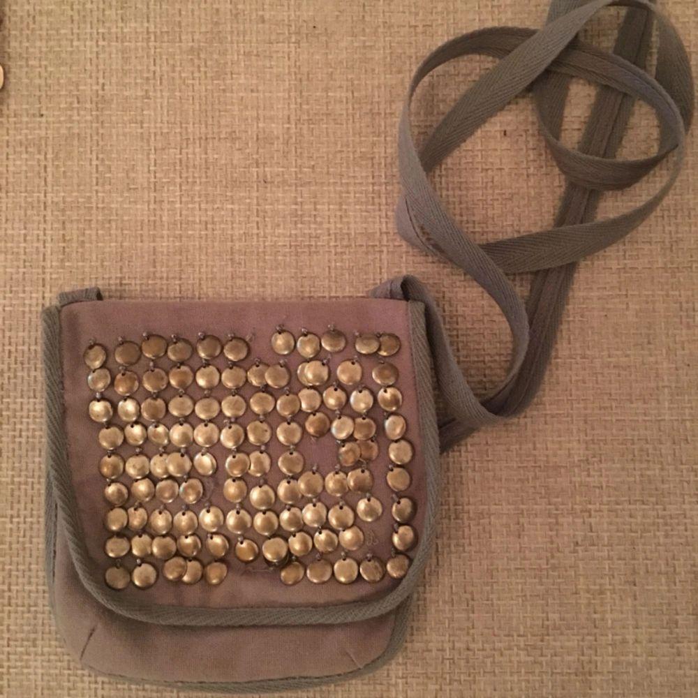 En söt liten grå tygväska från Noa Noa. Paljettdekorationer. . Accessoarer.