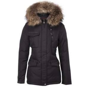 Säljer nu min fina jacka den är använd fåtal gånger och är som ny men har köpt ny jacka så har ej användning av den längre !  Äkta päls