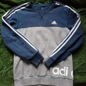 Långärmad tröja från Adidas. Mysig och skön att ha på sig under dessa kalla kvällar🥰